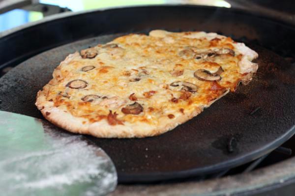 big green egg pizza