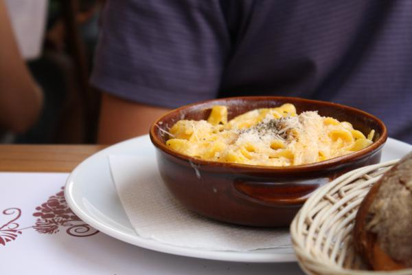 pasta cacio e pepe in rome italy